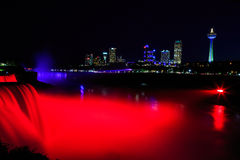 Niagaradalingen bij nacht met multicolored lichten worden verlicht dat Stock Afbeeldingen