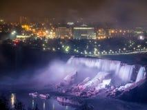 Niagaradalingen bij nacht worden aangestoken die Royalty-vrije Stock Afbeeldingen