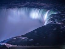 Niagaradalingen bij nacht worden aangestoken die Royalty-vrije Stock Foto