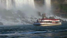 Niagaradalingen, de boot van Canada bij de bodem van Hoefijzerwaterval Niagara Falls, Canada stock footage