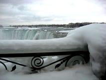 Niagaradalingen in de winter met blauw water en dik ijs royalty-vrije stock afbeelding