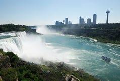 Niagaradalingen en stad naast rivier stock afbeelding