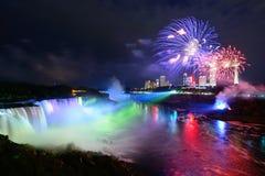 Niagaradalingen en vuurwerk royalty-vrije stock foto's