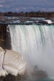 Niagaradalingen met de sneeuw op de rotsen Stock Foto's