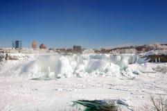 Niagaradalingen met sneeuw en ijs worden behandeld dat royalty-vrije stock fotografie