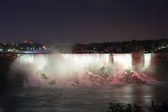 Niagaraet Falls på natten var upplyst vid ljusen royaltyfri bild