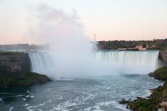 Niagaraet Falls på natten var upplyst vid ljusen arkivfoton