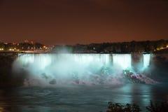 Niagaraet Falls på natten var upplyst vid ljusen royaltyfri fotografi