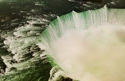 Niagaraet River klipper igenom Förenta staterna och Kanada arkivbild