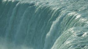 Niagaraet River som flödar över vapenlinjen av hästskonedgångarna lager videofilmer