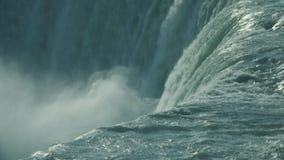 Niagaraet River som flödar över vapenlinjen av hästskonedgångarna arkivfilmer