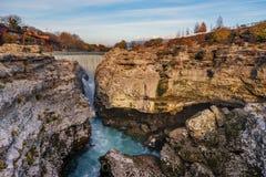 Niagarawaterval op de rivier Cijevna dichtbij Podgorica, Montenegro stock foto's