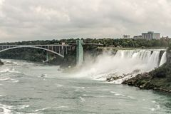Niagra baja Canadá 06 09 Vista panorámica 2017 del puente del arco iris cerca de la frontera América de Niagara Falls a Canadá imagenes de archivo