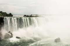 NIAGRA ONTARIO Kanada 06 09 2017 turister ombord hembiträdet av mistfartyget på Niagaraet Falls USA royaltyfria bilder