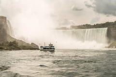 NIAGRA ONTARIO Kanada 06 09 2017 turister ombord hembiträdet av mistfartyget på Niagaraet Falls USA royaltyfri fotografi