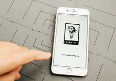Niantic Pokemon Company auf iPhone 7 plus den Anwendung sof Lizenzfreie Stockbilder