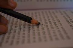 Nib карандаша помещенный на книге стоковая фотография