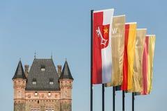 Nibelungentower worms l'Allemagne avec des drapeaux de ville photographie stock