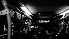 ônibus chinês com os povos borrados Fotos de Stock
