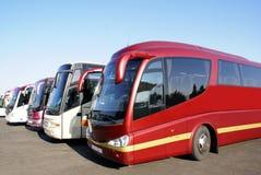 Ônibus de excursão treinadores da excursão estacionados em um parque de estacionamento Imagens de Stock