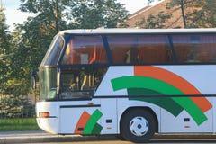 ônibus de turista que viaja na rua da cidade Imagens de Stock