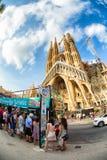 Ônibus de Turistic em Sagrada dianteiro Familia Fotos de Stock Royalty Free