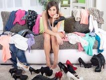 Nic być ubranym pojęcie, młoda kobieta decyduje co stawiać dalej Obraz Royalty Free
