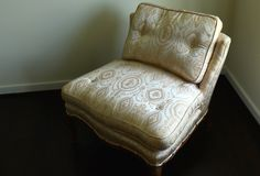 ?nica cadeira no quarto vazio imagem de stock