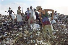 Nicaraguans που εργάζονται στα απορρίματα πετούν, Μανάγουα στοκ εικόνα