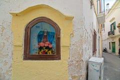 Nicchia met altaren in de stegen van het historische centrum van Schaafwond royalty-vrije stock afbeelding