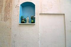 Nicchia met altaren in de stegen van het historische centrum van Schaafwond stock foto's
