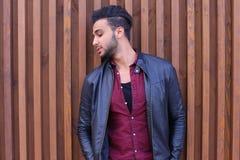 Nice-att se den arabiska unga mannen står den near väggen och leenden, Laug Royaltyfri Foto