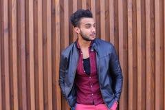 Nice-att se den arabiska unga mannen står den near väggen och leenden, Laug Royaltyfri Fotografi