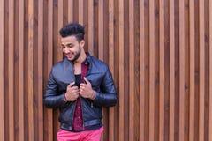 Nice-att se den arabiska unga mannen står den near väggen och leenden, Laug Royaltyfria Bilder