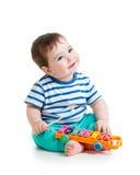 Nice behandla som ett barn att spela med musikaliska leksaker Arkivfoto
