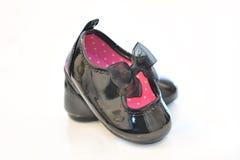 Nice behandla som ett barn flickans skor för svart för patenterade läder med bandet Royaltyfria Foton