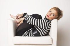 Nice blondgirl op de stoel Royalty-vrije Stock Foto