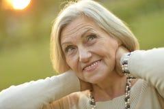 Nice die oude vrouw glimlachen Royalty-vrije Stock Foto's