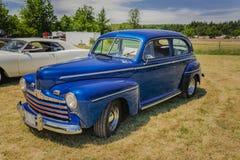 Nice die voor zijaanzicht van klassieke uitstekende retro auto in park verbazen Stock Fotografie