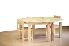 Nice en comfortabele houten van de jonge geitjesstoel en lijst reeks stock afbeelding