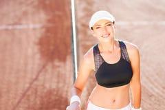 Nice en natuurlijk portret van een professionele het glimlachen vrouwelijke tenni Stock Foto