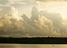 Nice fördunklar över kust Royaltyfri Bild
