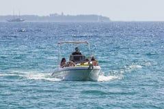 Nice, Frankrijk - 10 augustus 2017: een mens drijft zijn boot terug in de haven of een rit aan het overzees tijdens een hete de z stock fotografie