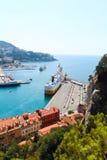 Nice, Frankrijk - 16 09 16: De hoogste mening over veerboot in haven, één van de mooiste dijken van Europa Stock Fotografie