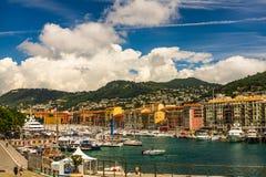 Nice, Frankrijk - 2019 De jachthaven van Nice met blauwe hemel, luxetoevlucht en baai met jachten Franse riviera royalty-vrije stock foto