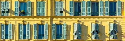 Nice in Frankrijk, kleurrijke voorgevel stock foto's
