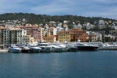 Nice, Frankrijk, Maart 2019 Azuurblauwe overzees, jachten, vuurtoren Haven en parkeren van privé jachten in Nice Het luxueuze com royalty-vrije stock afbeeldingen