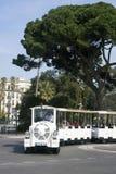 Nice, Frankrijk, Maart 2019 De witte sightseeingstrein brengt toeristen langs de Engelse Dijk van de Franse stad van Nice stock fotografie