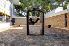 Nice, Frankrijk - Oktober 22, 2011 Stichting Maeght Eduardo Chillida Sculpturs in openluchttuin Stock Afbeeldingen