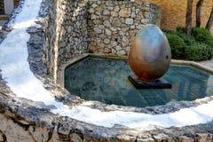 Nice, Frankrijk - Oktober 22, 2011 Stichting Maeght Sculpturs in openluchttuin Stock Foto
